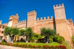 格拉达拉加强了村庄墙壁-佩萨罗马尔什意大利地标 免版税库存照片