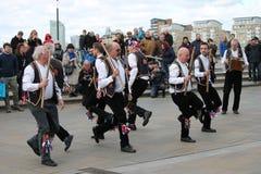 格林威治,伦敦,英国- 3月13日:Blackheath莫妮斯人舞蹈家给在复活节太阳的公众展示老英国民间舞蹈 免版税库存照片