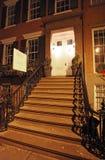 格林尼治村连栋房屋在夜, NY,美国之前 图库摄影