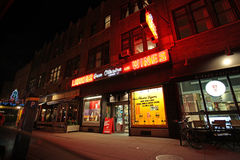 格林尼治村酒吧和商店在夜, NY,美国之前 图库摄影