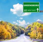 格林斯博罗反对清楚的天空蔚蓝的路标 免版税库存图片