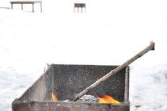 格栅和烤肉户外 假日冬天周末neer壁炉 免版税库存图片