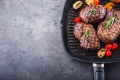 格栅牛排 在格栅聚四氟乙烯平底锅或老木板的部分浓牛肉水多的牛腰肉排 库存图片