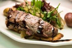 格栅牛肉和沙拉作为开胃菜 库存图片