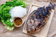 格栅盐与菜的罗非鱼鱼 库存照片