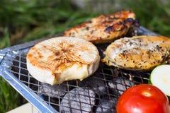 格栅空白查出的蔬菜 蕃茄、夏南瓜、鸡和黄瓜 在栅格格栅是油煎的菜 库存图片