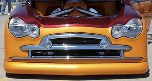 格栅马力强大的橙色汽车 库存图片