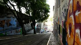 格洛里亚缆索铁路在里斯本的市中心,国家历史文物在葡萄牙和欧洲一普遍的旅游景点  股票录像