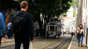 格洛里亚缆索铁路在里斯本的市中心,国家历史文物在葡萄牙和欧洲一普遍的旅游景点  股票视频