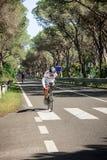 格罗塞托,意大利- 2014年5月09日:没有一条胳膊和脚的骑自行车者与在体育比赛期间的自行车 免版税库存图片