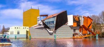 格罗宁根博物馆博览会大厦在晴天 免版税库存图片