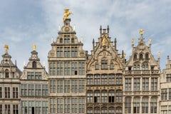 格罗特的Markt中世纪房子在安特卫普,比利时摆正 免版税图库摄影
