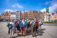 格罗特Markt广场在中世纪城市布鲁基在早晨,比利时 免版税库存照片