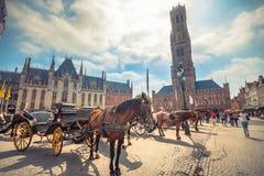 格罗特Markt广场在中世纪城市布鲁基在早晨,比利时 免版税图库摄影
