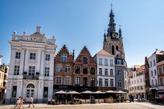 格罗特Markt广场在科特赖克,富兰德,比利时,欧洲 免版税库存图片