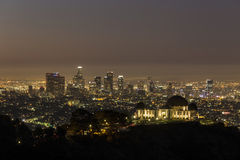 格里菲斯观测所和街市洛杉矶在黎明前 免版税库存照片