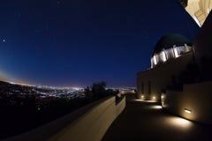 格里菲斯观测所夜视图有都市风景的 免版税库存图片