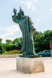 格里主教巨大的古铜色雕象在镇Nin在克罗地亚 库存照片