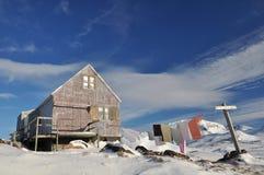 格陵兰木房子的冬天 免版税图库摄影