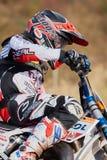 格雷文布罗伊希,德国- 2016年10月01日:一个为资格的未认出的摩托车越野赛车手战斗 库存照片