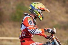 格雷文布罗伊希,德国- 2016年10月01日:一个为资格的未认出的摩托车越野赛车手战斗 库存图片