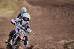 格雷文布罗伊希,德国- 2016年10月01日:一个为资格的未认出的摩托车越野赛车手战斗 免版税库存照片