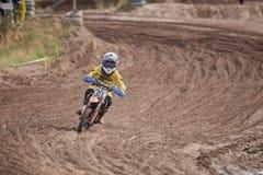 格雷文布罗伊希,德国- 2016年10月01日:一个为资格的未认出的摩托车越野赛车手战斗 图库摄影