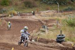 格雷文布罗伊希,德国- 2016年10月01日:为资格的未认出的摩托车越野赛车手战斗 免版税库存照片