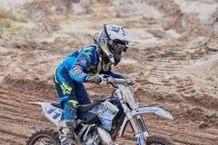格雷文布罗伊希,德国- 2016年10月01日:为资格的未认出的摩托车越野赛车手战斗 库存照片