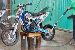 格雷文布罗伊希,德国- 2016年10月01日:摩托车越野赛自行车得到洗涤在种族以后 免版税库存照片