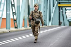 格雷菲诺,波兰, 2017年9月23日:争斗的历史重建在阿纳姆,走通过桥梁的德国士兵 免版税库存照片
