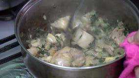 格鲁吉亚烹调chashushuli用肉和草本 食物 影视素材