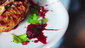格鲁吉亚食物,被烘烤的鸡丝毫用了卤汁泡黑莓 股票视频