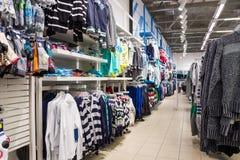 格洛里亚在购物中心的牛仔裤部门 库存图片