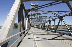 桁架吊桥的路视图 免版税图库摄影