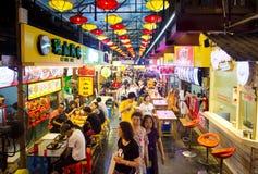 桂林,中国- 2017年6月10日:被盖的食物和熟食str 库存照片
