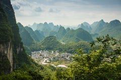 桂林,石灰岩地区常见的地形山风景  位于在阳朔附近, Gui 免版税库存照片