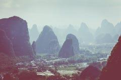 桂林,石灰岩地区常见的地形山风景  位于在阳朔附近, Gui 图库摄影