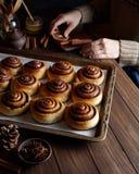 桂皮卷小圆面包用可可粉和香料在金属烤板 Kanelbulle -瑞典酥皮点心点心 免版税图库摄影