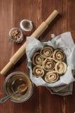 桂皮卷 新近地被烘烤的桂香小圆面包用填装在羊皮纸的香料和可可粉 顶视图 甜自创酥皮点心 库存照片