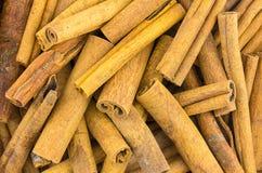 桂皮枝堆干燥芬芳香料背景烹饪基地 库存照片