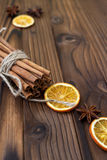 桂香、干桔子和茴香在棕色木桌上 库存图片