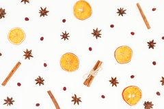桂香、茴香和干桔子的样式在白色背景 平的位置,顶视图 圣诞节或新年概念 免版税库存图片
