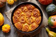 桂香南瓜面团小圆面包滚动辣传统丹麦语被烘烤的素食主义者甜秋天款待 免版税图库摄影