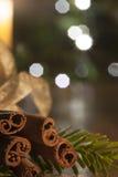 桂香和一个被点燃的蜡烛在christm的一木桌infront 免版税库存图片