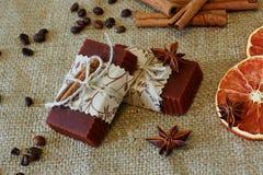 桂香和咖啡调味的肥皂 库存图片
