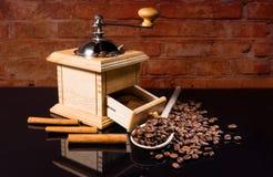 桂香和咖啡豆与手研磨机 库存图片