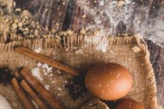 桂香和鸡蛋在大袋和面粉被安置 免版税库存照片