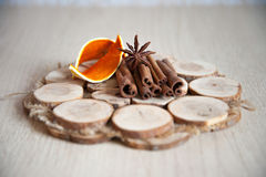 桂香和茴香在木板材 免版税库存照片