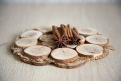 桂香和茴香在木板材 免版税库存图片